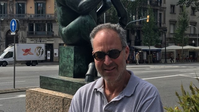 «Over time, the short-selling community has been decimated. Good short-sellers have become an endangered species», says Marc Cohodes, here posing in front of the sculpture «Thinker Bull» in Barcelona.
