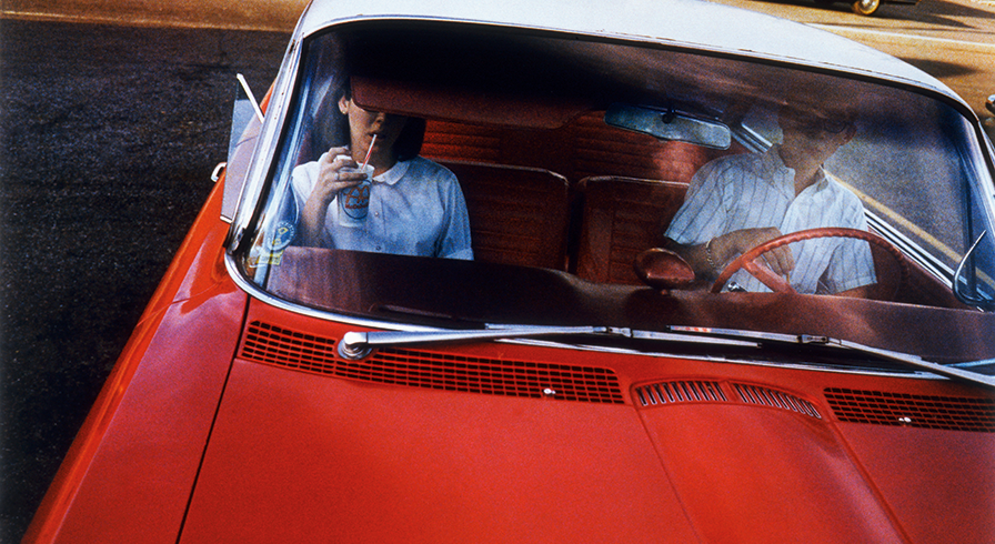 William Eggleston, Serie Los Alamos, 1965–68. Drive-in couple. Dye-transfer, 40.5 × 50.5 cm
